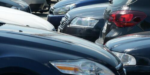 Ganz viele Autos parken eng nebeneinander.